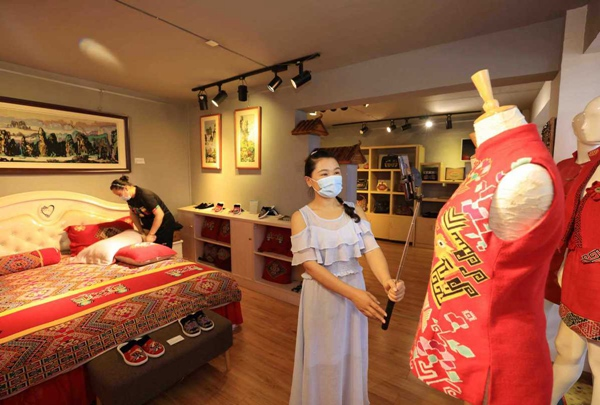 E-commerce revitalizes traditional brocade business in Zhangjiajie