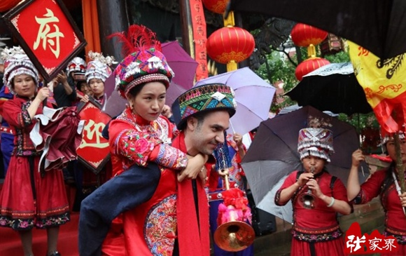 Tujia wedding held at culture park in Zhangjiajie