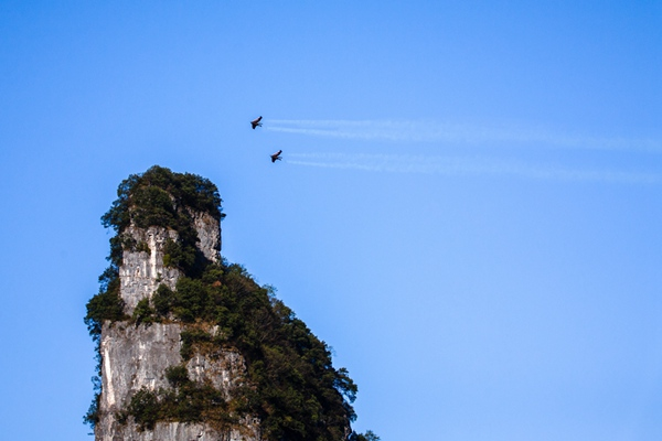 Frenchmen fly through Tianmenshan Mountain